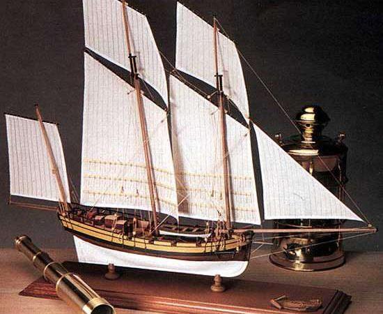 amatti 1441 Le Coureur French Lugger 1776 En diciembre de 1772 el Ministério de la Marina en Brest decidió adoptar las barcazas. Este tipo de barcos también eran utilizados por un considerable número de corsarios al ser muy apreciados por su maniobrabilidad y velocidad. Uno de los combates más famosos fue el del Le Coureur y el Cutter Inglés Alert en agosto de 1778.