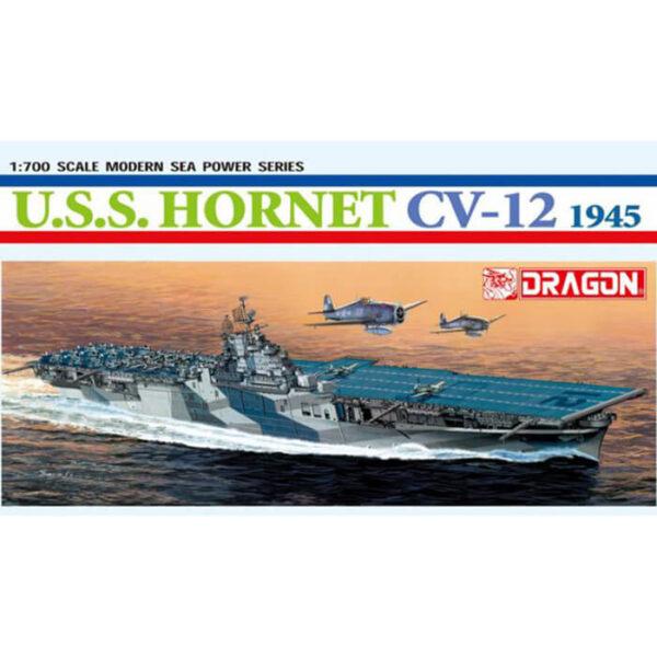 dragon 7085 USS Hornet CV-12 1945 1/700 Kit en plástico para montar y pintar. Incluye piezas en fotograbado. Permite la opción de exponerlo con el casco completo o por la linea de flotación.