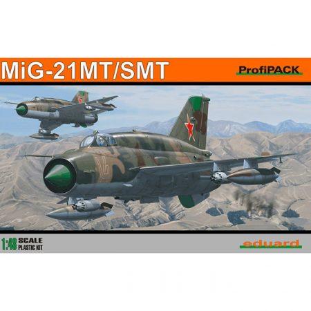 eduard 8233 Mig-21 SMT Kit en plástico para montar y pintar. Incluye piezas en fotograbado, lanzacohetes en resina y mascarillas.