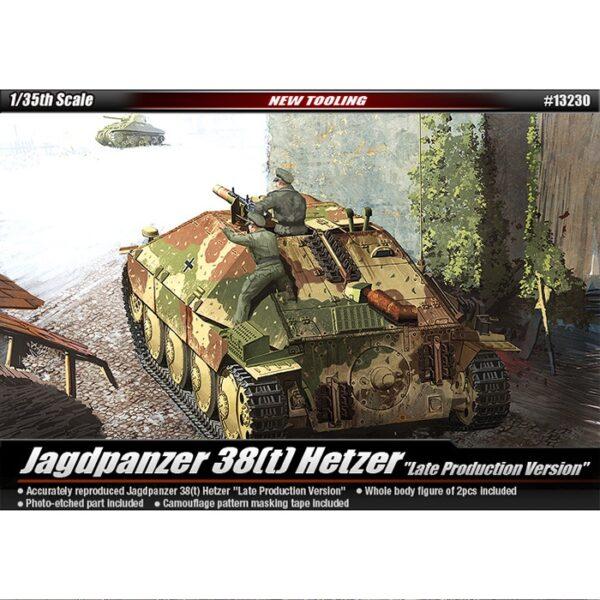 ACADEMY 13230 Jagdpanzer 38(t) Hetzer Late version Kit en plástico para montar y pintar. Incluye cadenas por tramo y eslabón, rejilla en fotograbado, mascarilla adhesiva para pintar el camuflaje y dos figuras.