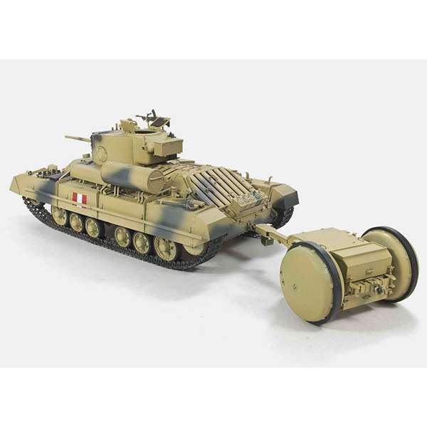 afv 35201 Valentine Mk.III w/ Rotatrailer El Valentine fue un tanque medio británico de apoyo a la infantería duramte la SGM, siendo el tanque británico más producido +8000 en 11 variantes. El Rotatrailer fue un invento británico para dotar as las unidades blindadas de suministros adicionales de combustible y munición por medio de un remolque de dos ruedas.