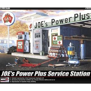 academy 15122 Joe´s Power Plus Service Station Una detallada reproducción de una gasolinera americana. Kit en plástico para montar y pintar. Incluye edificio, surtidores de gasolina, herramientas de taller y accesorios.