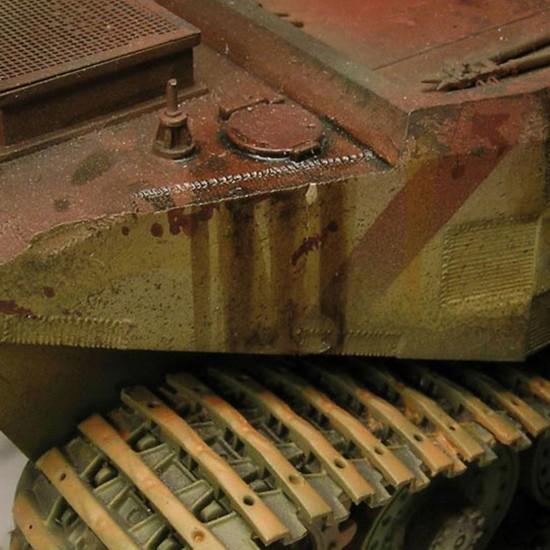 acrylicos vallejo 73814 Manchas de Combustible Las reposiciones de combustible se efectuaron en el campo de batalla utilizando cubos, embudos improvisados y secciones de manguera. El combustible se derramaba sin remedio dejando rastros de manchas.