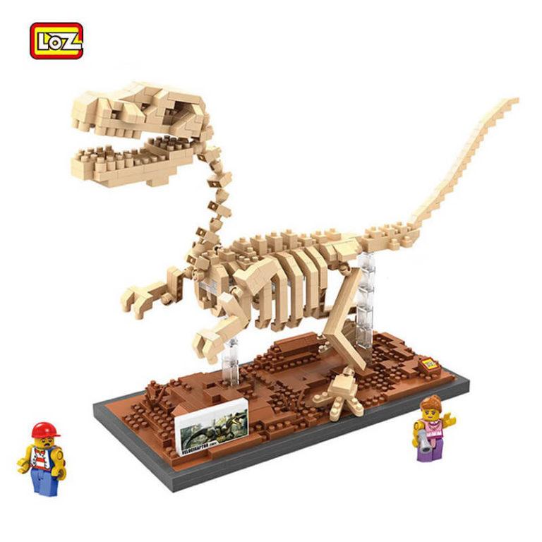 LOZ 9026 Jurassic World Fósil de Dinosaurio Velociraptor 620 pcs Construye una réplica detallada del esqueleto fósil de un Velociraptor con los bloques de montaje mas pequeños del mercado. Incluye base y 2 figuras.