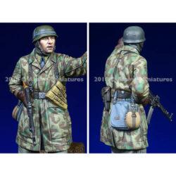 alpine miniatures 35248 Fallschirmjaeger, Ardennes nº 2 Kit en resina para montar y pintar. El kit incluye 1 figuras y 2 cabezas. Representa a un paracaidista en la batalla de las Ardenas 1944-1945