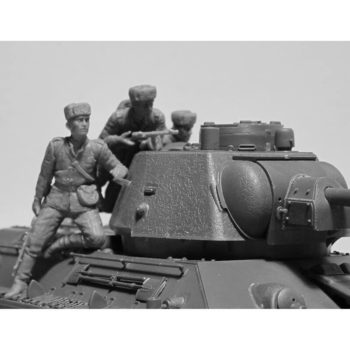 icm 35369 T-34/85 Tank with Soviet Tank Riders Kit en plástico para montar y pintar. Incluye 4 figuras de infantería soviética montada en el tanque. Hoja de calcas con 4 decoraciones.