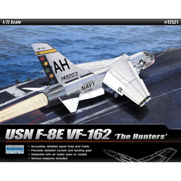 Academy 12521 USN F-8E VF-162 The Hunters 1/72 Kit en plástico para montar y pintar. Incluye armamento . Se puede montar con el aerofreno en posición abierta o cerrada. Hoja de calcas por Cartograf con 2 decoraciones de los escuadrones VF-162 The Hunters y VF-103 Sluggers.