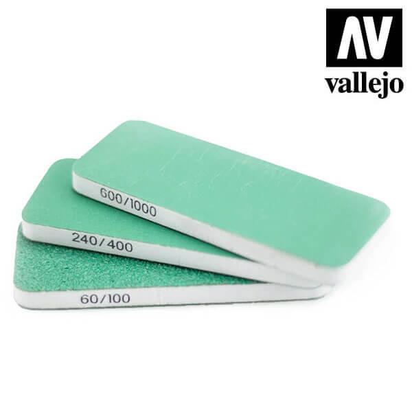 vallejo T04003 Set de 3 Lijas Flexibles Doble Grano 80x30x6 mm Set de tres tacos de lija de doble cara, lavables y reutilizables.