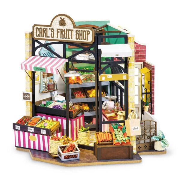 robotime rolife DG142 Happy Corner: Carl´s Fruit Shop Las maquetas ROBOTIME son casas en miniatura que recrean con increíble detalle lugares de la vida diaria, a escala 1:24