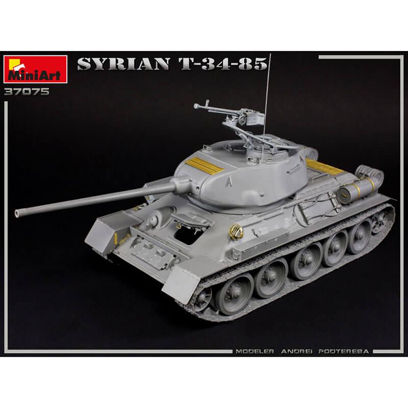 miniart 37075 SYRIAN T-34/85 Kit en plástico para montar y pintar. Incluye piezas en fotograbado y cadenas por eslabones individuales. Todas las escotillas se pueden montar en posición abierta o cerrada. Hoja de calcas con 4 opciones de decoración del ejército sirio en la Guerra de los 6 día y en la Guerra del Yom Kippur.