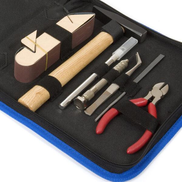 occre 19103 Estuche herramientas básicas Occre para modelismo naval. Contenido del estuche: Alicates de corte, taladro manual + broca, cutter, lijador, limatón, pinza y martillo.